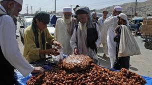 د افغانستان پلازمېنه کابل کې یو خورما خرڅوونکی.