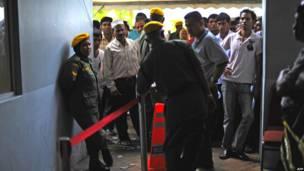 Pekerja asing antri di luar kantor imigrasi