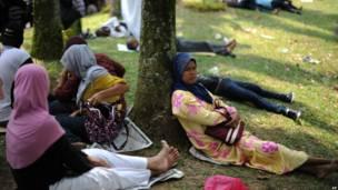 Pekerja asing antri di luar kantir imigrasi Malaysia