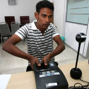 Pekerja asing memberi sidik jari di Malaysia