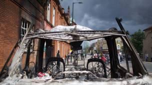 Сожженная полицейская машина в лондонском районе Тоттенхэм