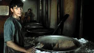 کونړ، افغانستان- یو پخوونکی په کونړ کې افغان پوځيانو ته پخلی کوي.
