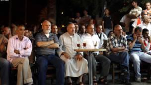 په ختيځ قدس کې فلسطينیان د عباس وینا اوري.