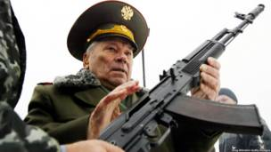 Mikhail Kalashnikov, padre del arma de guerra más popular del mundo.