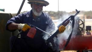 مقاتل من المجلس الانتقالي الليبي
