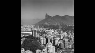 Na vista mostrando o Cristo e a praia e os prédios de Botafogo, na década de 1970, já se vê a cidade mais parecida com os dias de hoje, ilustrando as transformações radicais pelas quais a cidade passou. O bairro é tomada por prédios, que, no primeiro plano à esquerda, circundam e escondem o Morro da Viúva. (Foto: Carlos Moskovics/ IMS)