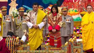 Đám cưới được cử hành theo truyền thống đạo Phật