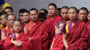 Tăng lữ đạo Phật theo dõi đám cưới