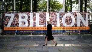 ایله ۱۲ کاله  وروسته تر هغه چې د نړۍ د وګړو شمېر شپږ میلیاردو ته رسېدلی و، ملګرو  ملتونو وویل چې د اکتوبر پر ۳۱مه به د نړۍ نفوس اووه میلیارده شي.
