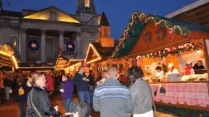 利兹市政厅前的圣诞德国市场