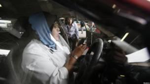 Supir Teksi Wanita mendapat instruksi