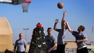 Tentara Amerika bermain bola basket