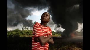 George Osodi, yaron Ogoni, 2007. Daga jerin hotuna game da yankin Naija Delta mai arzikin man fetur.