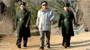 Kim Jong-il đến thăm một đơn vị quân đội nhân dân Triều Tiên vào năm 2006