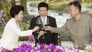 Kim Jong-il với Tổng thống Hàn Quốc Roh Moo Hyun và phu nhân vào năm 2007