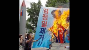 Người biểu tình Hàn Quốc đốt cờ và chân dung Kim Jong-il