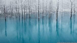 Голубой пруд и белый снег