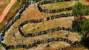 मतदाताहरुको लाईन (Photo: AP)