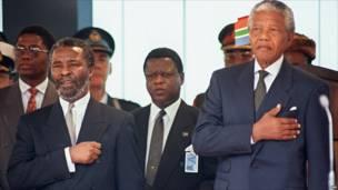Entonando el himno de Sudáfrica (foto: AFP)