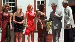 Mandela con el Príncipe Carlos y las Spice Girls, en 1997 (foto: AP)