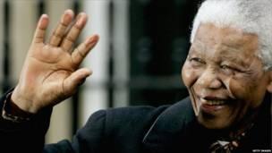 Mandela durante una visita al Reino Unido en 2004 (foto: Getty)