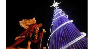 د کولمبیا مرکز بوګاټا په بولیفر سیمه کې د کریسمس ونې په مخ کې یوه کس د کریسمس کالي اغوستي.