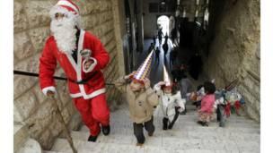 سوریه کې له تاوتریخوالو سره سره، ماشومان په مارتقلا کلیسا کې د سانتا تر شا روان دي.