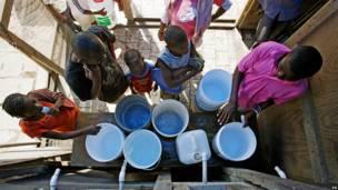 Colas para el agua en Place de la Paix