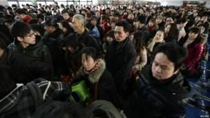 Пассажиры на вокзалах Китая