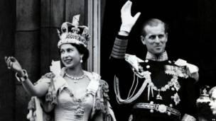 Июнь 1956:  королева Елизавета II в имперской короне с супругом принцем Филиппом на балконе Букингемского дворца