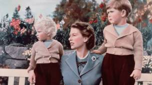 Сентябрь 1952: королева Елизавета II с детьми
