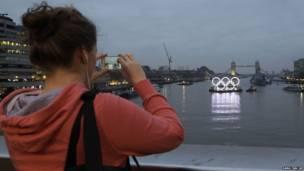 奧運五環彩燈巡遊泰晤士河