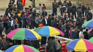 Người dân Trung Quốc đi bỏ phiếu ở làng Ô Khảm