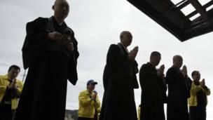 Cầu nguyện cho nạn nhân tại một ngôi chùa trong vùng thảm họa