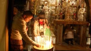 د عیسویانو مقدسه کلیسا (کنیسة القیامة) هم د بیت المقدس د زاړه ښار د ننه پرته ده.
