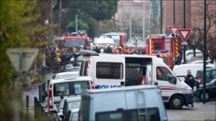 Сотрудники силовых органов заполнили квартал, где находится дом подозреваемого в убийствах