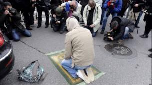 Французский мусульманин молится около еврейской школы, где было убито четыре человека, в том числе трое детей
