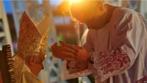 El Papa y uno de sus acólitos durante la misa en Santiago de Cuba
