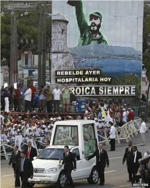 El papamóvil recorriendo las calles de Santiago