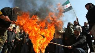 В Триполи сжигают флаги Израиля и Ирана.