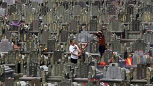 Wani mutum yana kunna fitila a wata makabarta a Jinjiang ranar 3 ga watan Afrilun 2012