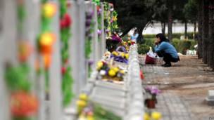 Wata mata tana yin addu'a a kabarin wani daga cikin danginta a wata makabarta a Beijing ranar 3 ga watan Afrilun 2012