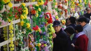 Wasu masu ziyara a makabartar Babaoshan da ke Beijing yayin bikin Qingming ranar 4 ga watan Afrilun 2012