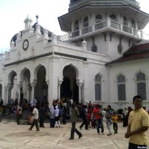 Warga berkumpul di Masjid Baiturrahman, Banda Aceh.