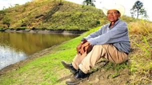 Agricultor en Nicaragua junto al reservorio que capta agua de lluvia