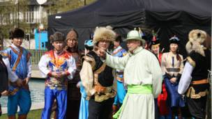 Участники торжественной церемонии готовятся к открытию скульптуры