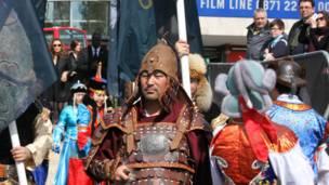 Мужчина, одетый в костюм средневекового воина