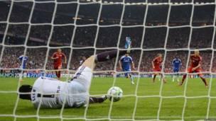 Petr Cech tapa penal