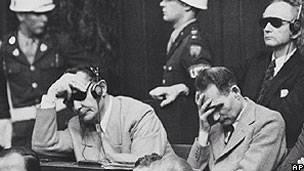 Rudolf Hess (dir.) e Hermann Goering (esquerda) durante o julgamento de Nuremberg (Arquivo/AP)