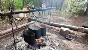 Еда греется на костре. Фото: Влад Куликов